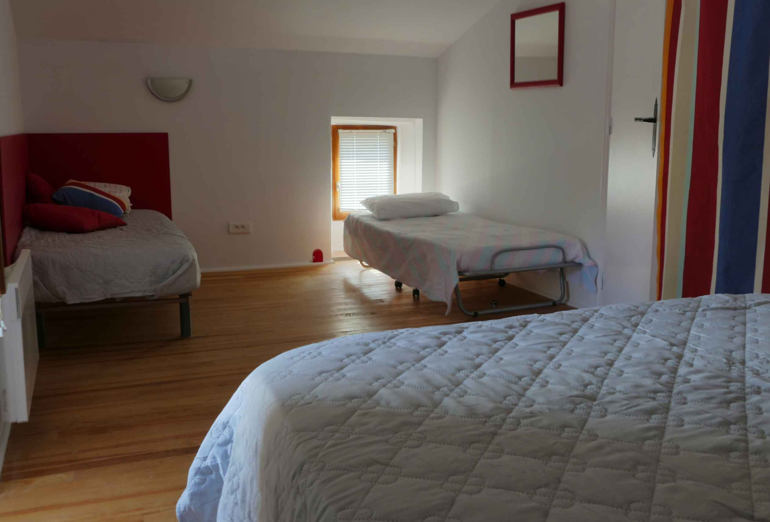 Les 3 lits de la chambre rouge