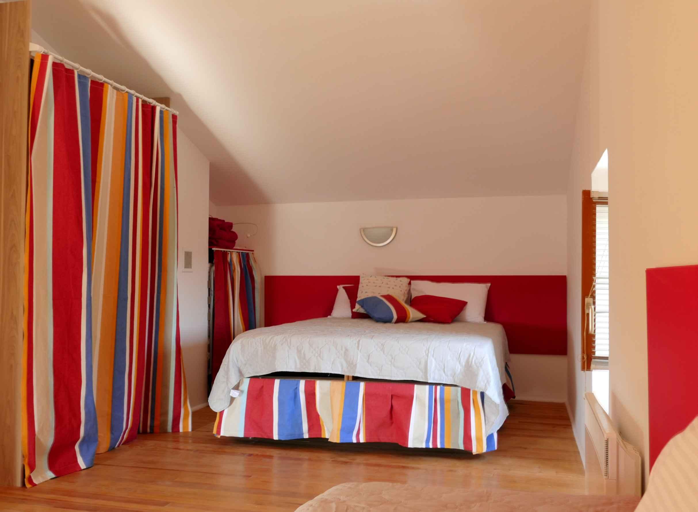 Lit double de la chambre rouge (à 4 lits)