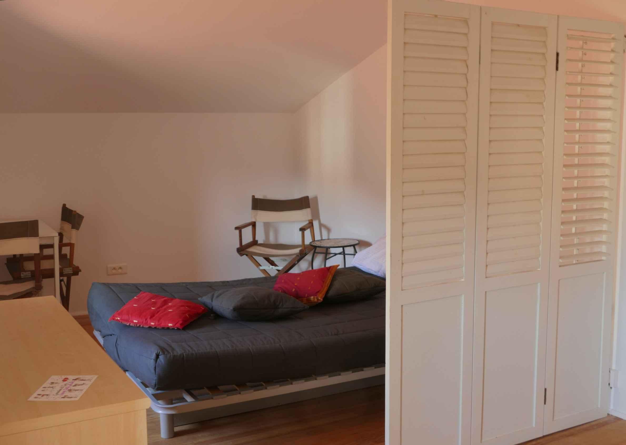 Le canapé-lit déployé dans la chambre de jeux