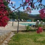 La piscine partagée est accessible via la rampe dédiée si besoin, ou l'escalier à pas d'âne.