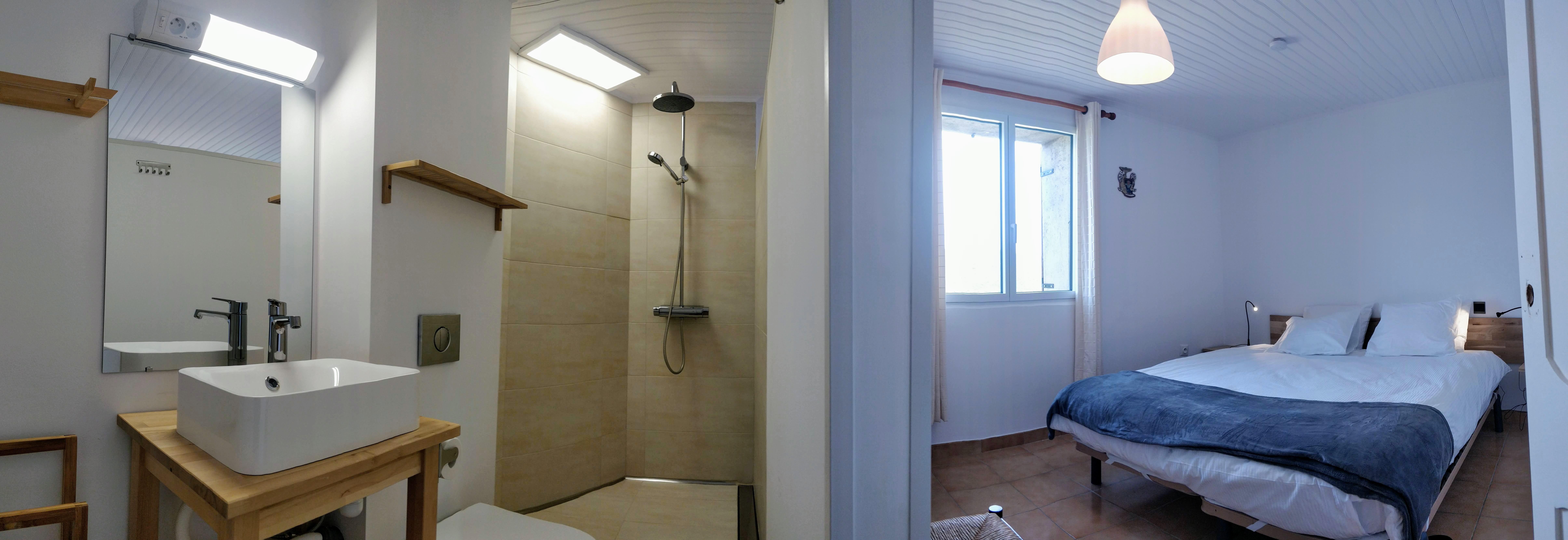 Chambre avec salle d'eau privative au 1° etage Poujol