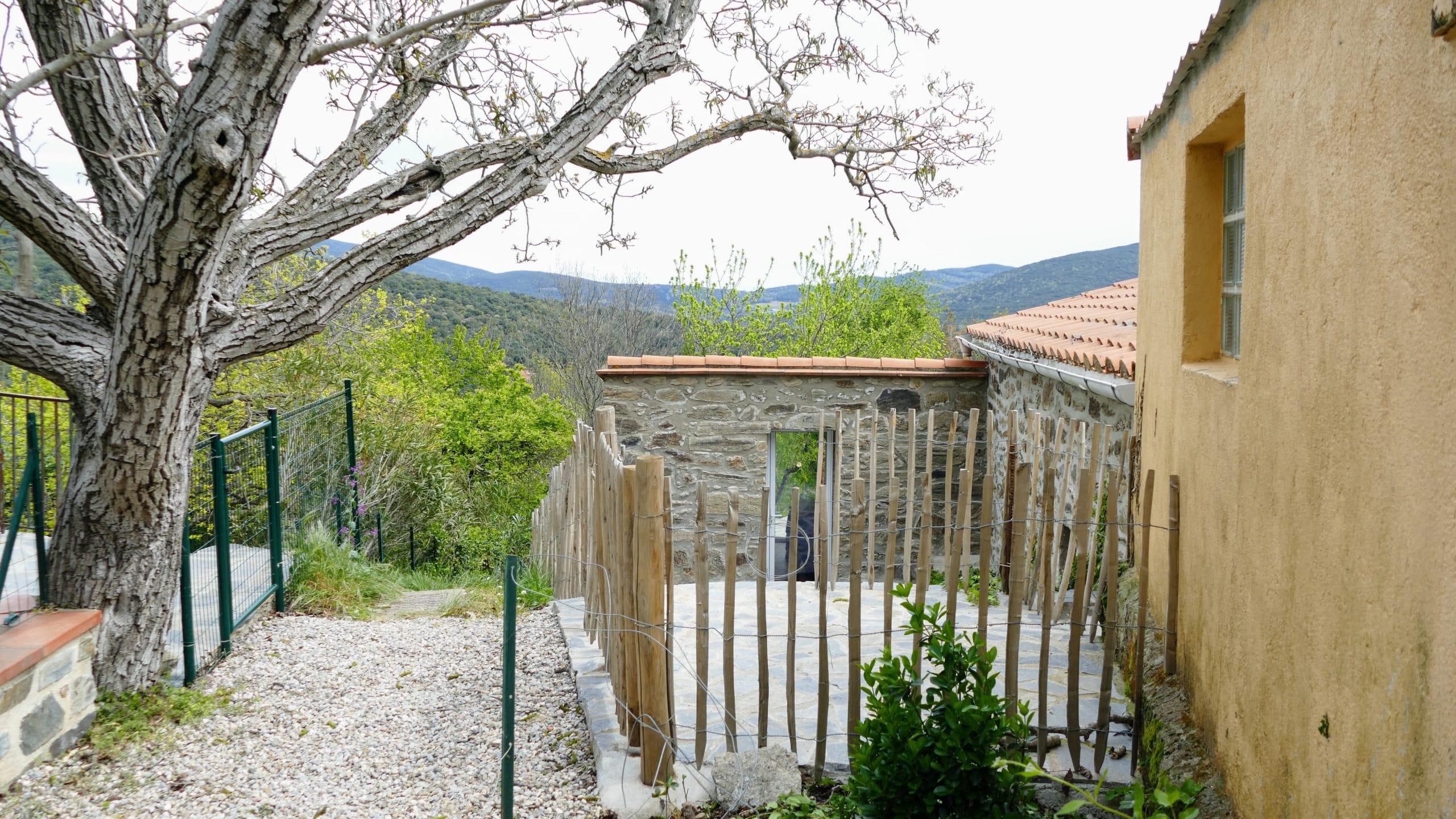 Cour d'accès au vestiaire partagé vers la piscine Vallespir