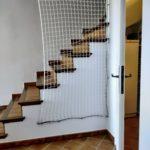 Escalier sécurisé du séjour Can Poujol vers les chambres, et congélateur dans la pièce technique