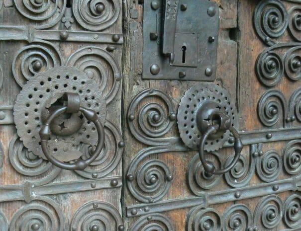 Porte de l'église de Prats de Mollo, typique de l'art en Vallespir